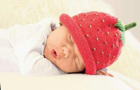Шапочка-клубничка для малыша