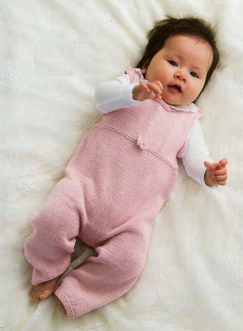 Розовый комбинезон для малышки спицами